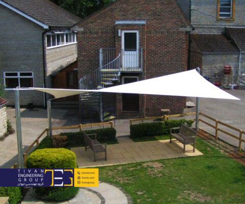 سازه پارچه ای به عنوان سایبان حیاط در خانه