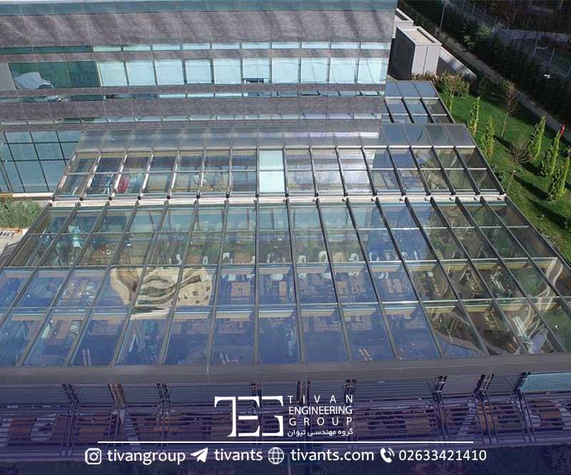 سقف متحرک شیشه ای در حیاط رستوران